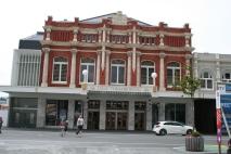 Teater som bakom palisaden ar helt ny