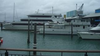"""Båthamn med """"dyra"""" yachts'"""