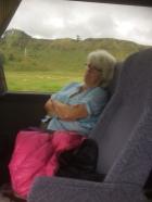 Rigmor kopplar av i bussen