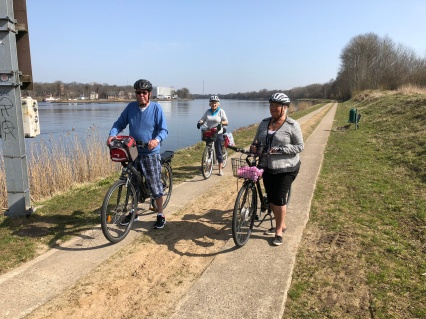 Tre glada cyklister
