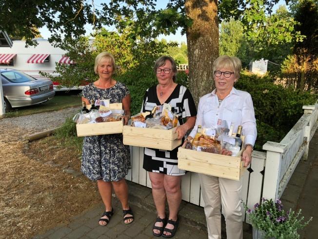 Tre glada damer på prisplats