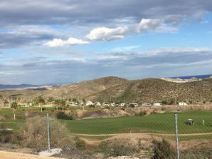 Bild från ovansidan golfbanan ned mot alla husbilar
