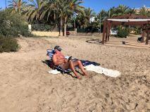ro läser på stranden 181025